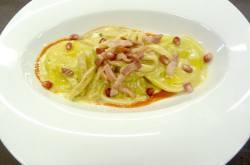 Scrigno di pasta fresca con scamorza silana e melanzana nera con tagliata di porcino, guanciale croccante e chicchi di melagrana su rosso pomodoro
