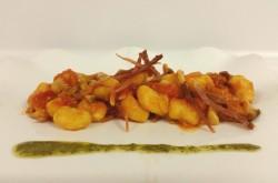 Gnocchetti di patata e zucca gialla con porcini, croccante di speak e tracce di basilico